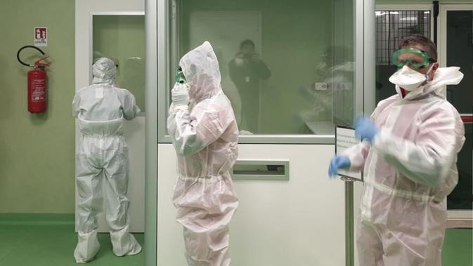 Anggota tim Kementerian Kesehatan Italia bersiap-siap untuk menerapkan langkah-langkah dan prosedur kesehatan terhadap risiko wabah virus corona yang mematikan, setelah penumpang mendarat di bandara Fiumicino Roma, Italia (23/1/2020). (Aeroporto Di Roma/AFP)