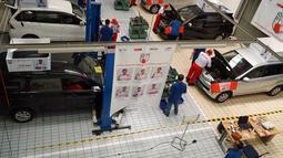 Sejumlah peserta menjalani tes perbaikan mobil dalam  kontes mekanik di Sunter, Jakarta Utara, Sabtu(12/1). Kontes ini diikuti 12 mekanik yang disaring dari 50  bengkel binaan Yayasan Dharma Bhakti Astra (YDBA). (Liputan6.com/HO/Eko)