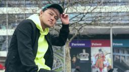 Bisa dibilang topi baseball adalah salah satu fashion item yang wajib dimiliki pria. Untuk tampil lebih sporty, pria kelahiran Banyuwangi ini memilih topi baseball berwarna hijau. Penampilannya terlihat lebih ceria dengan busana berwarna kuning dan hitam. (Liputan6.com/IG/@da2_danang)