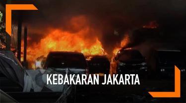 Enam mobil hangus terbakar pada sebuah lahan kosong di Jakarta Timur. Penyebabnya diduga dari api yang merembet dari pembakaran sampah.
