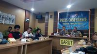 Kapolres Garut AKBP Budi Satria Wiguna memimpin press conference bersama media (Liputan6.com/Jayadi Supriadin)