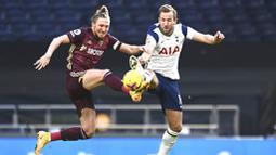 Striker Tottenham Hotspur, Harry Kane, berebut bola dengan pemain Leeds United, Luke Ayling, pada laga liga Inggris di London, Sabtu (2/1/2021). Spurs menang dengan skor 3-0. (Andy Rain/Pool via AP)