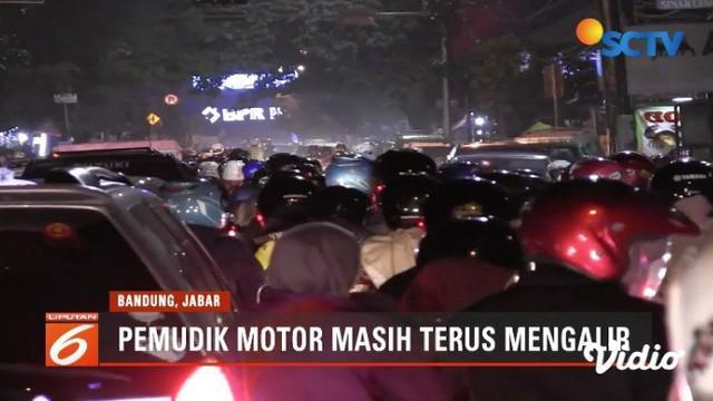Ribuan pemudik bersepeda motor padati jalur selatan seperti di Kota Cimahi dan Cileunyi, Jawa Barat.