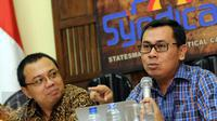 Pengamat CITA Yustinus Prastowo (kanan) memberikan keterangan saat diskusi bersama PARA Syndicate di Jakarta, Jumat (22/4/2016). Diskusi membahas RUU Tax Amnesty vs Skandal Panama Papers: Quo Vadis Reformasi Pajak. (Liputan6.com/Helmi Fithriansyah)