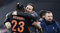 Michy Batshuayi dipeluk pelatih Chelsea, Frank Lampard. Sang pemain jadi pahlawan kemenangan tipis 1-0 atas Ajax dalam lanjutan penyisihan Liga Champions yang digelar Kamis (24/10/2019) dini hari WIB. (AFP)