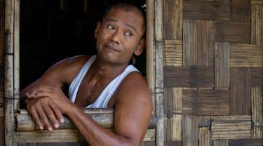 Myint Naing beristirahat di rumah adik perempuannya, Molly Than di Mudon, Mon State, Myanmar (8/3). Naing salah satu korban perbudakan dari 2000 lainnya yang berhasil dibebaskan dari pulau terpencil di Indonesia pada 2015. (AP Photo/Thein Zaw)