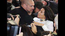 Ketika Kim Kardashian baru saja keluar dari mobilnya, ia tiba-tiba diterjang seorang penggemar yang diketahui bernama Vitalii Sediuk, Paris, (25/9/14). (Dailymail)