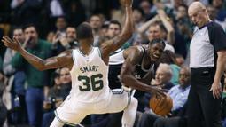 Pebasket San Antonio Spurs, Brandon Paul, berusaha melewati pebasket Boston Celtics, Marcus Smart, pada laga NBA di TD Garden, Boston, Senin (30/10/2017). Celtics menang 108-94 atas Spurs. (AP/Michael Dwyer)