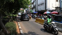 Suasana lalu lintas di kawasan Glodok, Jakarta Barat, Sabtu (9/10/2021). Pemerintah Jakarta Barat berencana menata kawasan Glodok menjadi lokasi wisata sejarah Pecinan sehingga dapat menjadi daya tarik wisatawan untuk melakukan kunjungan. (Liputan6.com/Herman Zakharia)