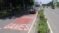 Mobil melintas di jalur khusus kontingen Asian Games 2018  di Jalan Benyamin Sueb, Kemayoran, Jakarta, Senin (30/4). Jalur khusus itu untuk memperlancar arus lalu lintas menyambut kontingen Asian Games pada Agustus mendatang. (Liputan6.com/Arya Manggala)