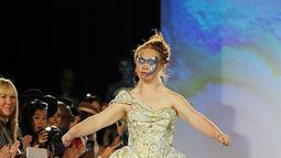 Madeline Stuart, model Australia dengan down syndrome saat memperagakan koleksi Hendrik Vermeulen untuk Musim Panas dan Semi 2016 di acara peragaan busana New York Fashion Week, Minggu (13/9/2015). (Chance Yeh/Getty Images/AFP)
