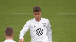 Penyerang Jerman Luca Waldschmidt melakukan pemanasan selama sesi latihan di Dortmund, Jerman, Senin (7/10/2019). Jerman akan menghadapi Argentina dalam laga persahabatan di Signal Iduna Park pada 10 Oktober 2019. (Ina FASSBENDER/AFP)