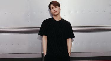 Jackson GOT7 cukup sering mengenakan kaus berwarna hitam dalam beberapa kesempatan. Penampilan kasual Jackson Wang ini tetap mampu menjadi sorotan netizen. (Liputan6.com/IG/@jacksonwang852g7)