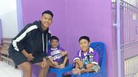 Striker Persik Kediri, Septian Satria Bagaskara, menemui dua Persikmania disabilitas di Stadion Brawijaya Kota Kediri, (8/10/2019). (Bola.com/Gatot Susetyo)