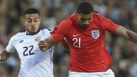 Pemain Inggris, Ruben Loftus-Cheek (kanan) menggiring bola melewati pemain Kosta Rika, Ronald Matarrita pada laga uji coba di Elland Road Stdium, Leeds, Inggris, (7/6/2018). Inggris menang 2-0. (Mike Egerton/PA via AP)