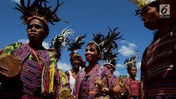 Sejumlah wanita menghadiri upacara penyambutan peresmian bantuan bedah rumah di Desa Oebelo, NTT, Selasa (14/8). Upacara penyambutan bertema persaudaraan, persatuan, kebersamaan dan rasa kekeluargaan yang sangat mendalam. (Liputan6.com/Johan Tallo)