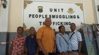 Orangtua korban didampingi kuasa hukum membuat laporan ke Polda NTT. (Foto: Liputan6.com/Ola Keda)