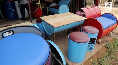 Drum bekas bisa dimanfaatkan menjadi sebuah furniture yang unik.