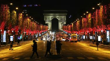 Lampu Natal Mulai Hiasi Paris
