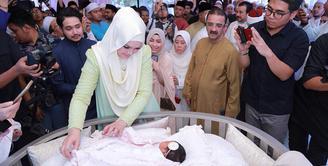 Rona bahagia pastinya tengah dirasakan Siti Nurhaliza dan Datuk Seri Khalid lantaran setelah 11 tahun akhirnya mereka dikaruniai seorang buah hati. Senin, 19 Maret 2018 Siti melahirkan bayi perempuan. (Instagram/ctdk)