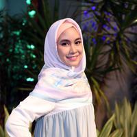 Acara yang berlangsung di Senayan City  pada Sabtu (17/6/2017), Anisa diundang sebagai pembicara untuk membahas soal hijab dan beauty. Selain dirinya, terdapat beberapa web blogger yang hadir, salah satunya Indah Nada Puspita. (Nurwahyunan/Bintang.com)