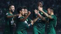 Skuat Persebaya merayakan gol Misbakus Solihin ke gawang Kalteng Putra di Stadion Gelora Bung Tomo, Surabaya (21/5/2019). (Bola.com/Aditya Wany)