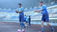 Nick Kuipers (kanan) bersama tandemnya di lini pertahanan Persib Bandung, Achmad Jufriyanto, ketika berlatih sebelum aktivitas tim berhenti karena PPKM Darurat. (Bola.com/Erwin Snaz)