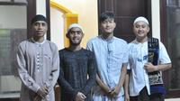 Empat pemain Arema FC, Ridwan Tawainella, Agil Munawar, Ahmad Nur Hardianto, dan David Setiawan, ketika hendak melakukan Salat Tarawih bersama. (Bola.com/Iwan Setiawan)