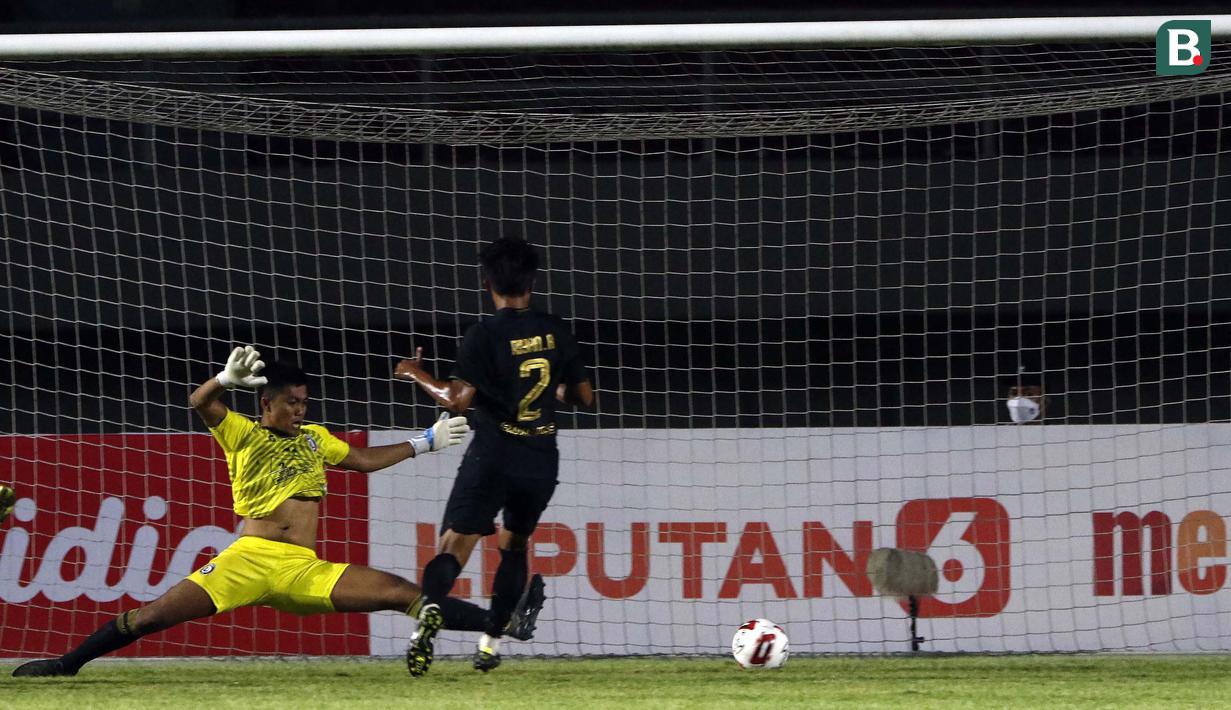 Bek PSIS Semarang, Riyan Ardiansyah (kanan) menendang bola ke gawang Arema FC yang membuahkan gol dalam laga matchday ke-3 Grup A Piala Menpora 2021 di Stadion Manahan, Solo, Selasa (30/3/2021). PSIS menang 3-2 atas Arema FC. (Bola.com/Ikhwan Yanuar)
