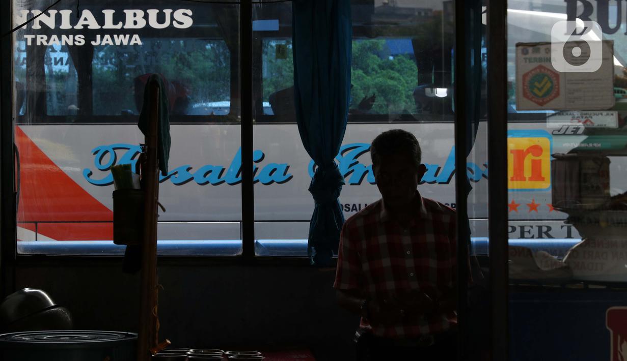 Suasana area Terminal Kampung Rambutan Jakarta, Senin (30/3/2020). Untuk mencegah penyebaran virus Corona COVID-19, Dinas Perhubungan Pemprov DKI Jakarta menghentikan sementara layanan bus Antar Kota Antar Provinsi pertanggal 30 Maret 2020 pukul 18.00 WIB. (Liputan6.com/Helmi Fithriansyah)