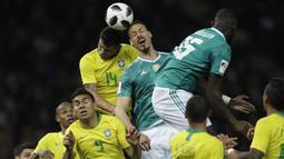 Bek Brasil, Thiago Silva, duel udara striker Jerman, Sandro Wagner, pada laga persahabatan di Stadion Olympiastadion, Berlin, Selasa (27/3/2018). Jerman takluk 0-1 dari Brasil. (AP/Michael Sohn)