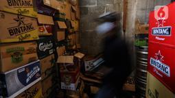 Tumpukan kardus berisi minuman keras atau miras tersimpan di sebuah tempat di kafe kawasan Jakarta Selatan, Selasa (2/3/2021). Aturan yang diteken oleh Presiden Joko Widodo pada 2 Februari 2021 terkait memperbolehkan masyarakat untuk berinvestasi di produk miras dicabut. (Liputan6.com/Johan Tallo)