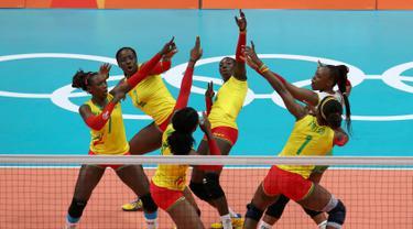 Para pemain voli putri Kamerun melakukan selebrasi saat bertanding melawan tim voli putri Jepang pada Olimpiade Rio 2016 di  Maracanazinho, Rio de Janeiro, Brasil, (8/8). (REUTERS/Pilar Olivares)