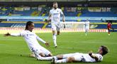 Para pemain Leeds United merayakan gol yang dicetak oleh  Helder Costa ke gawang Fulham pada laga Premier League di Stadion Elland Road, Sabtu (19/9/2020). Leeds United menang dengan skor 4-3. (Oli Scarff/Pool via AP)
