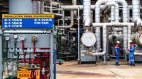 Petugas lapangan memantau Area Crude Distilation Unit (CDU IV) di kawasan kilang RU V Balikpapan, Kalimantan, Kamis (14/05). Saat ini Pertamina RU V sebagai penyedia kebutuhan energi masyarakat Kalimantan. (Liputan6.com/Fery Pradolo)