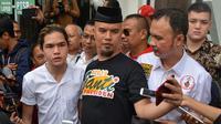 Musisi yang belakangan ini terjun ke dunia politik, Ahmad Dhani menghadiri sidang kasus dugaan ujaran kebencian Senin (16/4). Sidang dengan agenda pembacaan dakwaan itu digelar di Pengadilan Negeri Jakarta Selatan. (Adrian Putra/Bintang.com)