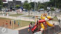 Sejumlah anak bermain di areal RPTRA Kalijodo, Jakarta, Jumat (14/4). Sejumlah warga menghabiskan libur Paskah dengan mengajak putra-putrinya bermain di areal RPTRA Kalijodo. (Liputan6.com/Faizal Fanani)