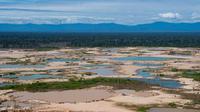 Pandangan udara kawasan Hutan Amazon yang terdeforestasi (penurunan luas area hutan secara kualitas dan kuantitas) di wilayah Sungai Madre de Dios, Peru, Jumat (17/5/2019). Pemerintah Peru meluncurkan Operasi Merkuri untuk mengusir penambang ilegal yang merusak Hutan Amazon. (CRIS BOURONCLE/AFP)