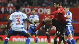 Gelandang Manchester United, Marouane Fellaini, mengontrol bola saat melawan Reading pada laga Piala FA di Stadion Old Trafford, Sabtu (5/1). Manchester United menang 2-0 atas Reading. (AP/Rui Vieira)