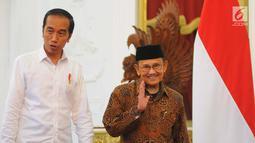 Presiden Joko Widodo atau Jokowi (kiri) saat menerima kunjungan Presiden ketiga RI BJ Habibie di Istana Merdeka, Jakarta, Jumat (24/5/2019). Dalam pertemuan tersebut Habibie mengucapkan selamat kepada Jokowi karena memenangkan Pilpres 2019. (Liputan6.com/Angga Yuniar)