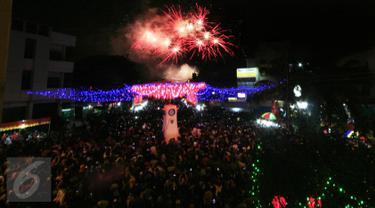 Warga menyaksikan pertunjukan kembang api pada malam pergantian tahun baru Imlek 2567 di kawasan Pasar Gede, Solo, Senin (8/2). Pesta kembang api menjadi puncak dari perayaan Imlek di Solo yang berlangsung selama 30 menit. (Foto; Boy Harjanto)