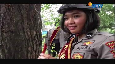 Polwan dari Polresta Surakarta, Solo, Jawa Tengah berkeliling dengan sepeda mencari pohon-pohon yang dipenuhi paku.