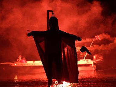 Sebuah patung Yudas siap dibakar saat perayaan tradisi Paskah kuno di semenanjung Peloponnese, Yunani (8/4). Perayaan ini digelar sebagai simbolis hukuman atas pengkhianatan Yudas kepada Yesus Kristus. (AP/Petros Giannakouris)