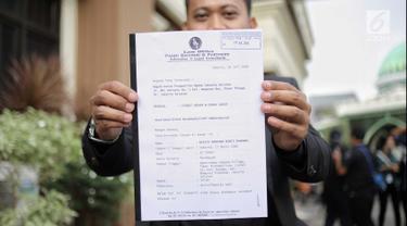Kuasa hukum Nikita Mirzani menunjukkan surat itsbat nikah dan gugatan cerai di Pengadilan Agama Jakarta Selatan, Senin (16/7). Nikita Mirzani melayangkan gugatan cerai terhadap Dipo Latief. (Liputan6.com/Faizal Fanani)
