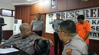 Pelaku Suryanto hanya tertunduk dalam ekspos di Mapolresta Barelang. (Bobi/JawaPos.com)