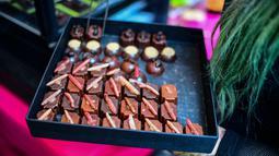 Cokelat bertabur cacing ditawarkan di sebuah pasar di Mexico City, Meksiko, Minggu (10/6). (Ronaldo SCHEMIDT/AFP)