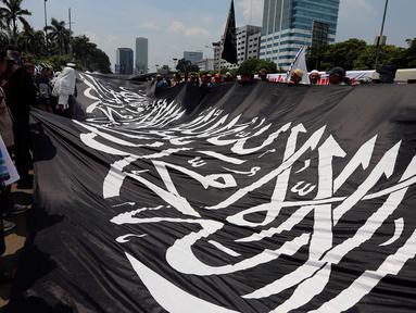 Ormas Islam membentangkan bendera saat menggelar aksi unjuk rasa di depan Gedung DPR, Jalan Gatot Subroto, Jakarta, Selasa (24/10). Aksi tolak Perppu No 2 tahun 2017 tentang Ormas tersebut digalang oleh sejumlah ormas. (Liputan6.com/JohanTallo)