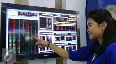 Pekerja menunjuk layar sekuritas di Jakarta, Senin (1/8). IHSG mengakhiri perdagangan hari ini ditutup di teritori positif. Seharian, IHSG bergerak di zona hijau dan ditutup melesat hingga nyaris 3%. (Liputan6.com/Angga Yuniar)
