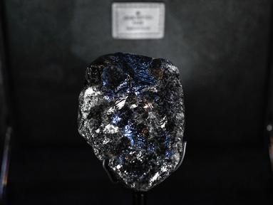 "Berlian kasar terbesar kedua di dunia bernama ""Sewelo"" ditampilkan di toko Louis Vuitton di Place Vendome, pusat kota Paris pada Selasa (21/1/2020). LVMH menjadi pemilik batu seberat 1.758 karat tersebut sejak pekan lalu. (Photo by STEPHANE DE SAKUTIN / AFP)"