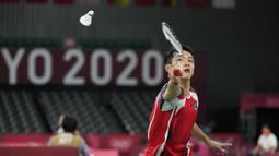 Pebulu tangkis Indonesia Jonatan Christie saat melawan pebulu tangkis China Yu Qi Shi pada pertandingan tunggal putra Olimpiade Tokyo 2020 di Tokyo, Jepang, Kamis (29/7/2021). Jonatan Christie kalah dari Yu Qi Shi. (AP Photo/Dita Alangkara)